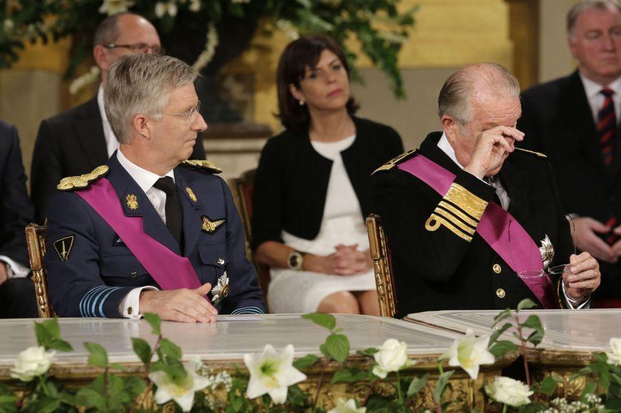 Le 3 juillet 2013, Albert II de Belgique annonce : « Je constate que mon âge et ma santé ne me permettent plus d'exercer ma fonction comme je le voudrais». Pour Albert, il s'agit alors de profiter de l'accalmie dans la vie politique agitée de la Belgique pour s'assurer lui-même de sa succession, et de la stabilité du royaume dont il incarne l'unité. Après vingt ans de règne, le 21 juillet 2013, le roi des Belges abdique en faveur de son fils le prince héritier Philippe.