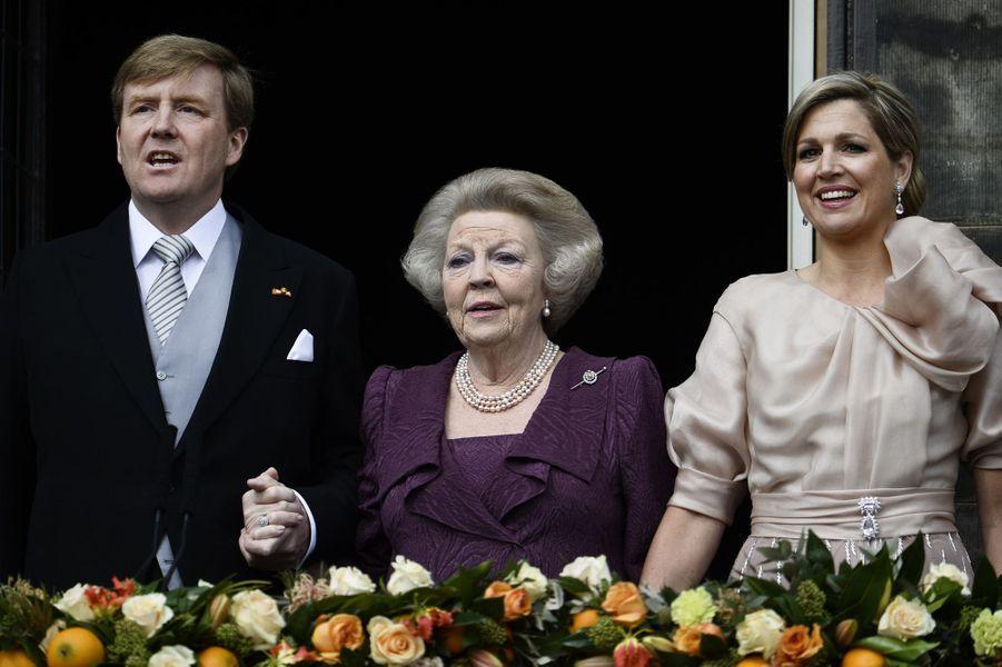 C'est une tradition aux Pays-Bas, le souverain ne meurt pas sur le trône, mais laisse sa place à la nouvelle génération. Le 30 avril 2013, jour du 33e anniversaire de son règne, Beatrix - comme sa mère et sa grand-mère avant elle - a donc abdiqué au profit de son prince héritier, son fils Willem-Alexander.