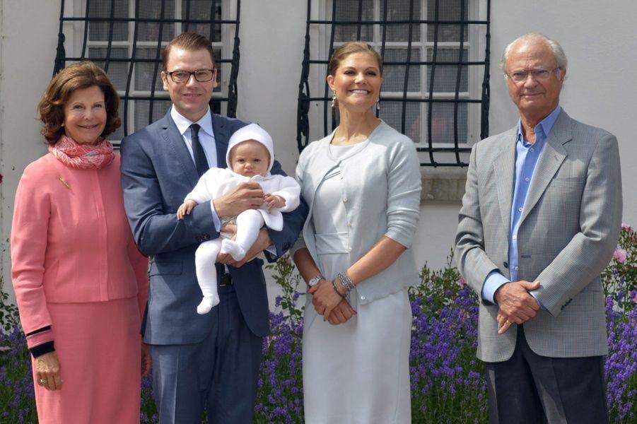 Son abdication, ils ont été nombreux à l'espérer - voire la réclamer. Il y a deux ans, un livre révélait les terribles secrets de Carl XVI Gustaf : nuits endiablées, parties fines et relations extraconjugales. Dans la foulée, un bruyant tenancier de club a promis à la télé de révéler les photos des soirées… Le roi, 68 ans dont 40 de règne, a été incapable de se défendre proprement. A ce Carl XVI Gustaf déconnecté de la réalité et austère, nombreux sont les sujets qui auraient préféré sa fille Victoria. Pour le moment, la très populaire princesse héritière est toujours à sa place.