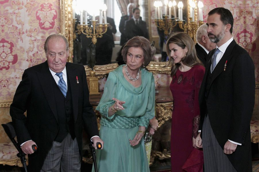 Pour les Espagnols, Juan-Carlos n'est plus le héros de la démocratie. Miné par les scandales – son gendre et sa fille inculpés dans une affaire de détournements de fonds, son train de vie et ses safaris au Botswana, ses relations extra-conjugales… - le roi d'Espagne en serait presque devenu un poids pour la Couronne. Au risque de faire tomber la monarchie et de déstabiliser les instituions du pays ? Plutôt qu'attendre la redoutable réponse, Juan Carlos a préféré passer la main à son fils, le prince héritier Felipe.