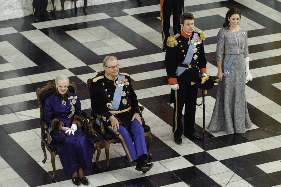 A 74 ans, et après 42 ans de règne, Margrethe est toujours aussi populaire. Sa famille aussi. La monarchie n'est pas remise en question. En outre, les souverains danois n'abdiquent pas. Et si elle fume beaucoup, la reine du Danemark reste très active. Sauf surprise, le prince héritier Frederik devrait donc succéder à sa mère à sa disparition.
