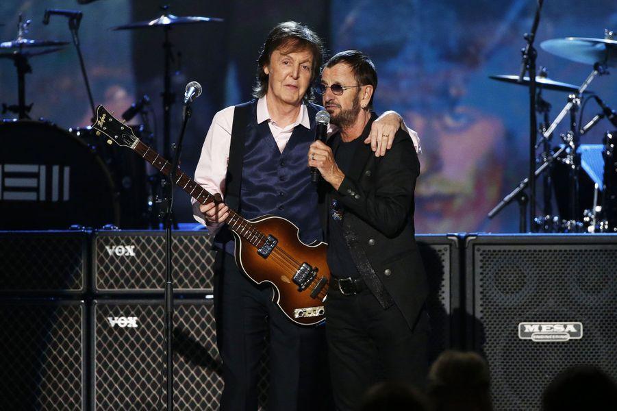 Dimanche soir, Paul McCartney et Ringo Starr se sont retrouvés sur scène lors de la cérémonie des Grammy Awards. Le lendemain soir, la fête s'est poursuivie avec l'enregistrement à Los Angeles d'une émission spéciale, diffusée prochainement sur CBS. Le show «The Night That Changed America: a GRAMMY Salute To The Beatles» a réuni à nouveau les deux ex-Beatles. Les chanteurs Annie Lennox, Alicia Keys, Pharrell Williams ont répondu à l'invitation, tout comme Johnny Depp, Tom Hanks ou Kate Beckinsale. L'émission, qui sera diffusée le 9 février prochain, commémore le 50e anniversaire du passage du groupe dans la célèbre émission «Ed Sullivan Show». Leur premier live à la télévision américaine avait été suivi à l'époque par près de 73 million d'Américains.