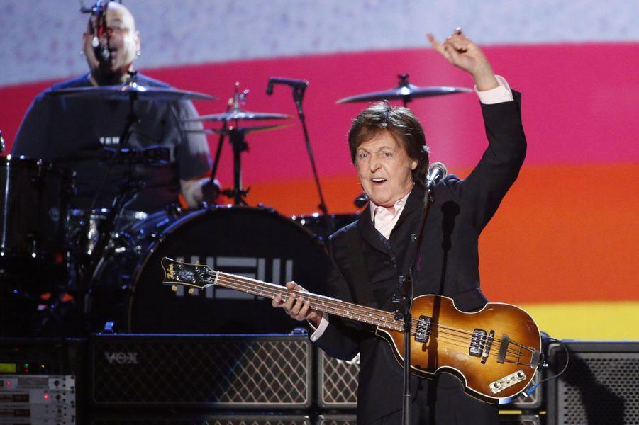 Lors de ce concert, les ex-Beatles ont rendu hommage aux autres membres du groupe John Lennon , abattu en 1980 et George Harrison, mort d'un cancer en 2001.