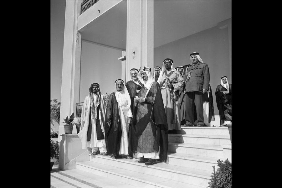Le roi Saoud Ben Abdel Aziz d'Arabie Saoudite, son frère, Faycal Ben Abdel Aziz et des hommes qu'ils reçoivent