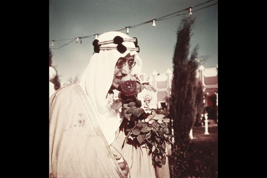 Mars 1954, le roi Saoud Ben Abdel Aziz d'Arabie Saoudite dans les jardins du Palais Nasri, les plus beaux du Moyen Orient. Il a une passion, les fle...