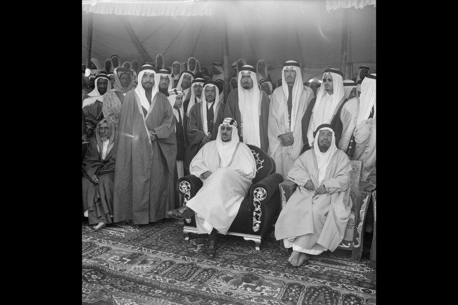 Mars 1954, le roi Saoud Ben Abdel Aziz d'Arabie Saoudite sous une tente bédouine