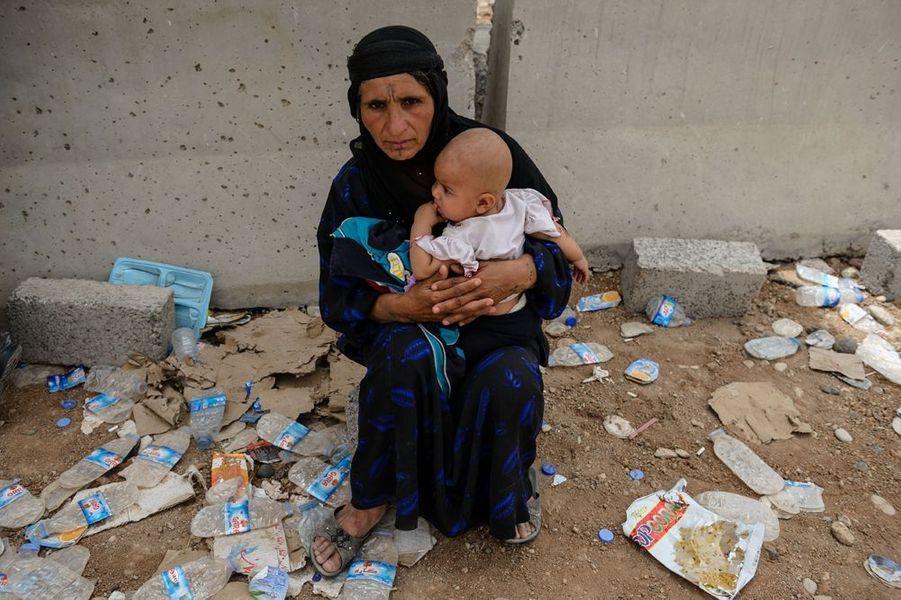 Des réfugiés arabes fuyant la ville de Mosul se regroupent au checkpoint tenu par les peshmergas kurdes à proximité de la ville de Khazir marquant la limite entre la région Kurde et la province de Nineveh Mosul.