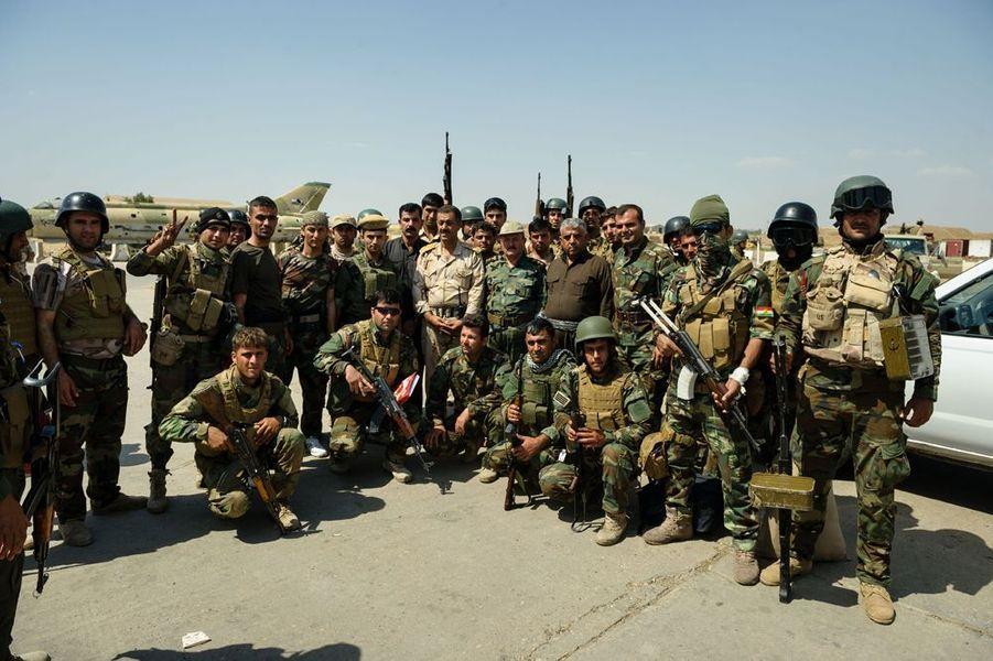 Des combattants Peshmergas Kurdes contrôlent la base militaire de l'aéroport de Kirkouk. Cette base était occupée par l'armée US puis par la 12 ème division de l'armée irakienne qui a fuit devant l'avancée des combattants de l'EIIL.