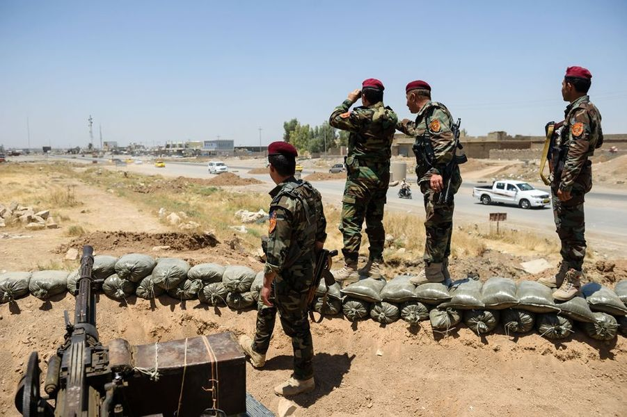 Le checkpoint tenu par les combattants Peschmergas Kurdes a l'entrée Est de la ville de Mossoul. Les Kurdes et les insurgés sunnites de l'EIIL se font face séparés par quelques centaines de mètres.