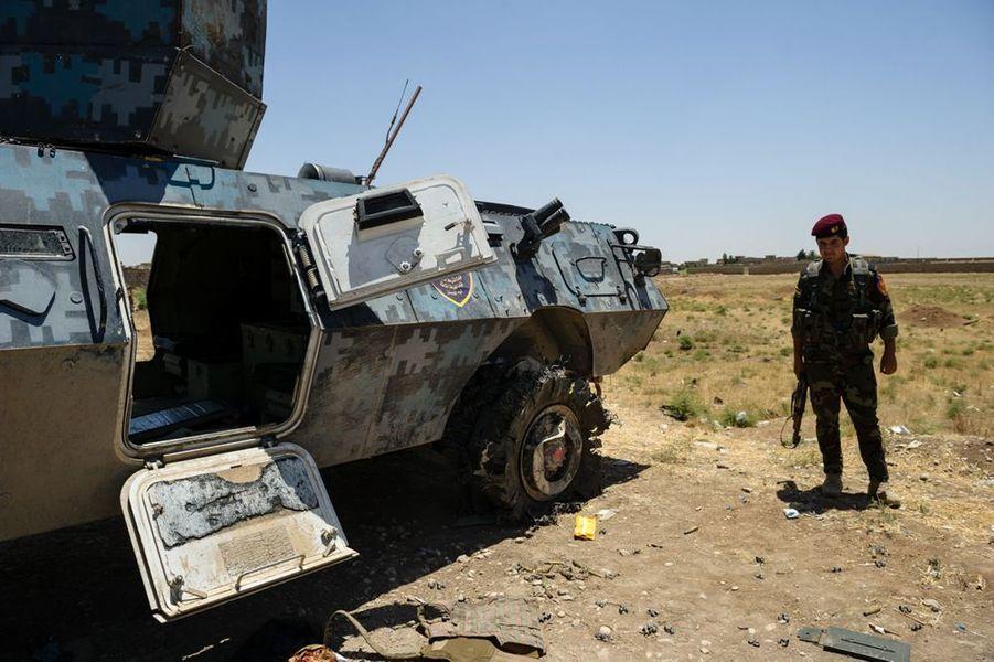 Le checkpoint de l'entrée Est de la ville de Mossoul. Les soldats de l'armée irakienne y ont abandonné leur matériel et leurs uniformes pour fuir les combattants insurgés de l'EIIL.