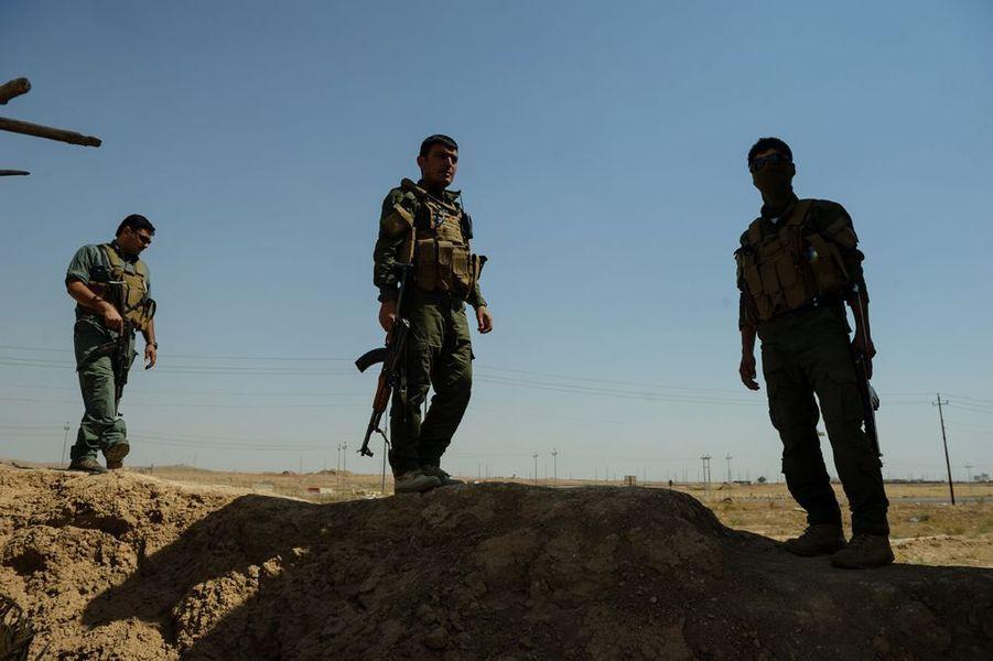 Des combattants Peshmergas Kurdes occupent des territoires à l'ouest de Kirkouk. Les Kurdes tiennent les anciennes positions abandonnées par l'armée irakienne sur une ligne au delà de laquelle ils font face aux combattants de EIIL.