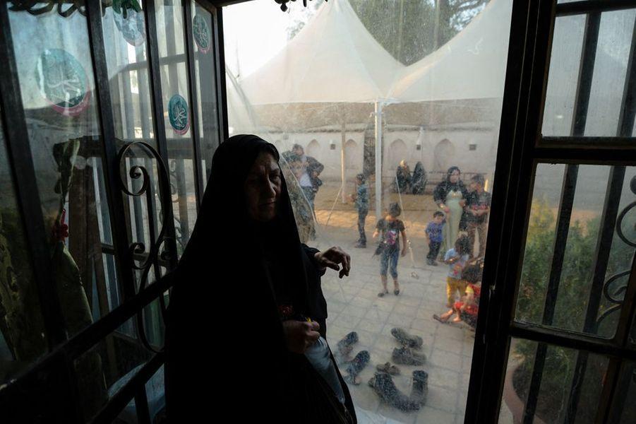 Une femme voilée entre dans la mosquée où selon la tradition locale repose le prophète biblique Daniel.