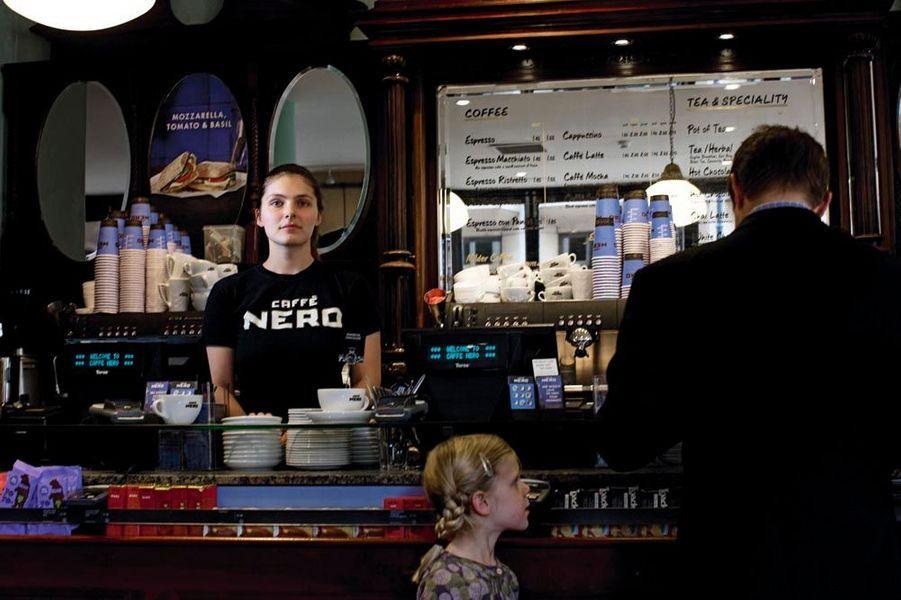 Le 30 septembre, Maud Stiegler, 23 ans, dans le café où elle travaille depuis juillet, près de Covent Garden, à Londres. Elle a trouvé cet emploi dès le lendemain de son arrivée