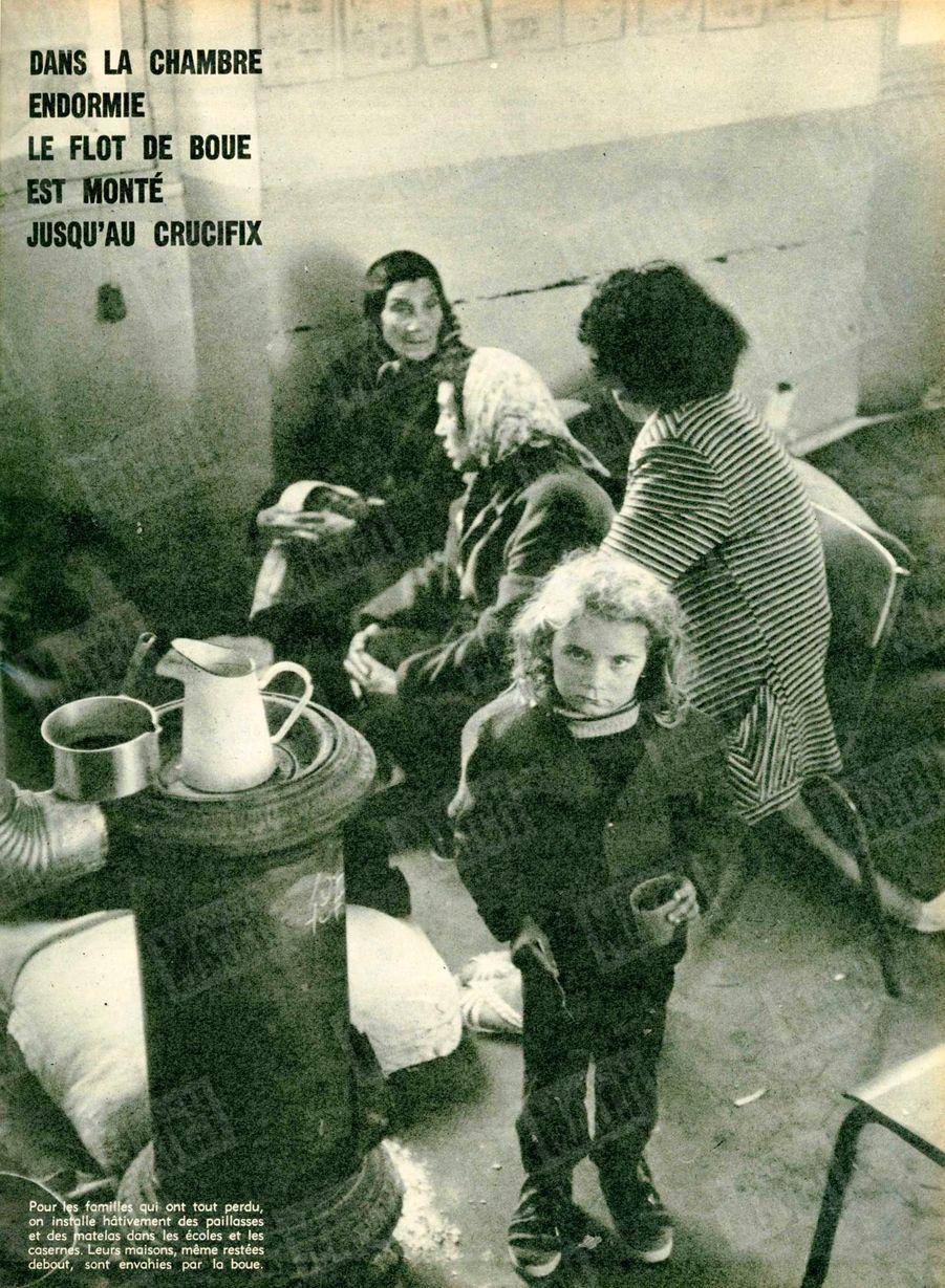 « Pour les familles qui ont tout perdu, on installe hâtivement des paillasses et des matelas dans les écoles et les casernes. Leurs maisons, même restées debout, sont envahies par la boue.» - Paris Match n°557, 12 décembre 1959.