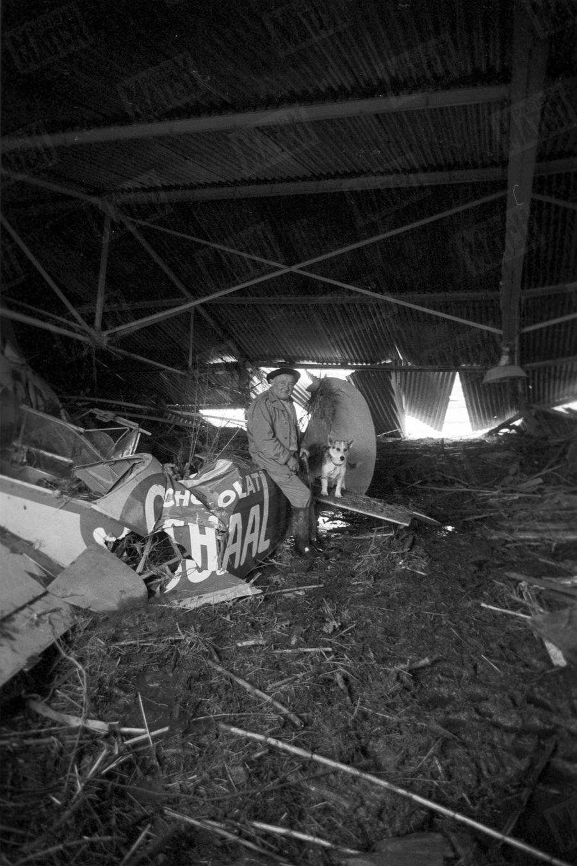 « 'La Goupille, courage, on va vous sauver !' Pendant toute la nuit, trempé, à demi nu sur le toit de son hangar, il a entendu ces mots d'encouragement que lui lançaient ceux des toits voisins. Ancien de l'Aéropostale, mécano de Guillaumet et de Mermoz, héros de Saint-Exupéry — qui parle de lui dans « Vol de nuit », Léon Olivier, dit la Goupille, a soixante-huit ans. Totalement sans ressources, il venait d'être engagé comme gardien de l'aéroclub civil. TJ dormait dans la baraque attenante au hangar lorsqu'il fut réveillé par les aboiements de son compagnon Bobby, un chien qu'on lui avait donné quinze jours plus tôt. L'eau montait dans la pièce. Ils tentèrent de s'échapper à la nage. Brusquement, une crampe saisit la Goupille. Se sentant couler, il s'accrocha au collier du chien, qui le ramena jusqu'au toit du hangar. Et là, c'est seulement au matin qu'une barque put parvenir jusqu'à eux. La Goupille n'a même pas attrapé un rhume.» - Paris Match n°558, 19 décembre 1959.