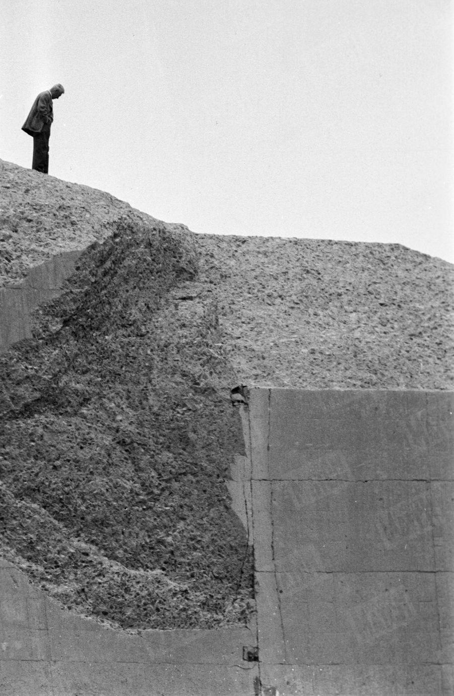 « Cet homme seul, sur les ruines du barrage, qui s'éponge le visage, c'est l'architecte, M. André Coyne. Le soir de la catastrophe, il a pris le train pour Fréjus.» - Paris Match n°558, 19 décembre 1959.