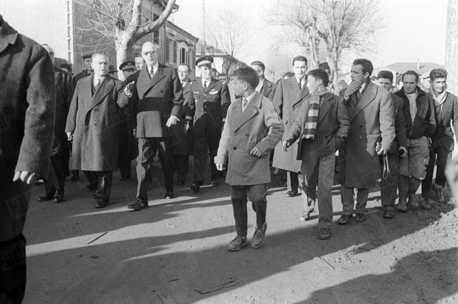 Le président Charles de Gaulle sur les lieux du drame du barrage de Malpasset à Fréjus, qui a fait 423 morts le 2 décembre 1959.