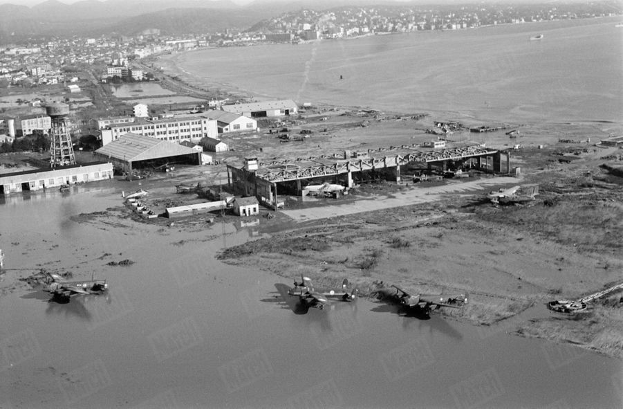 « La plage a disparu sous la boue que jonchent maintenant les avions de la base voisine de l'aéronavale. Certains même, emportés au large, ont sombré.» - Paris Match n°557, 12 décembre 1959.