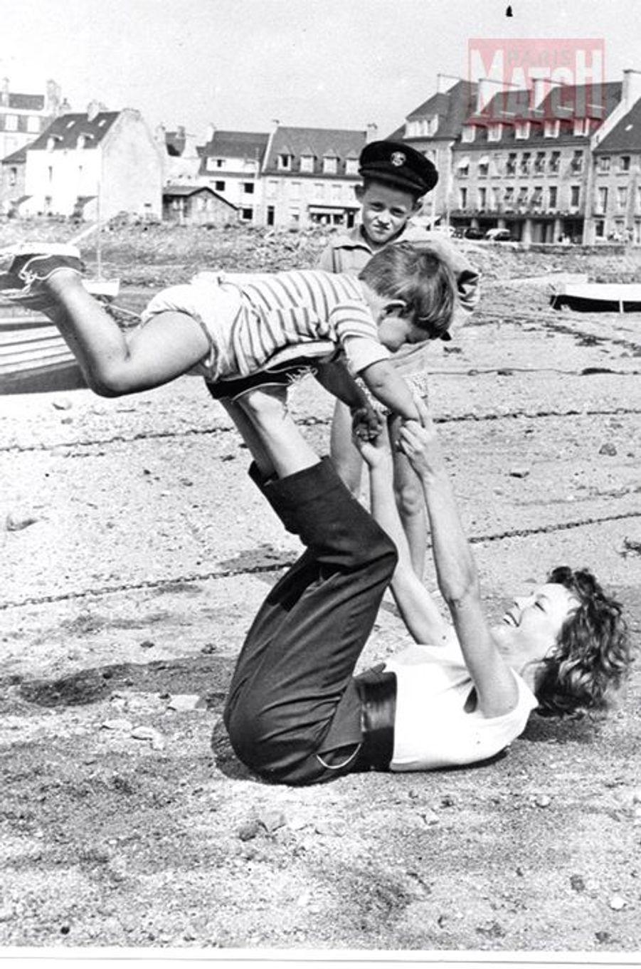 À Saint-Malo en 1960, une image du bonheur qui faisait des envieux à en croire le visage du gamin à la casquette