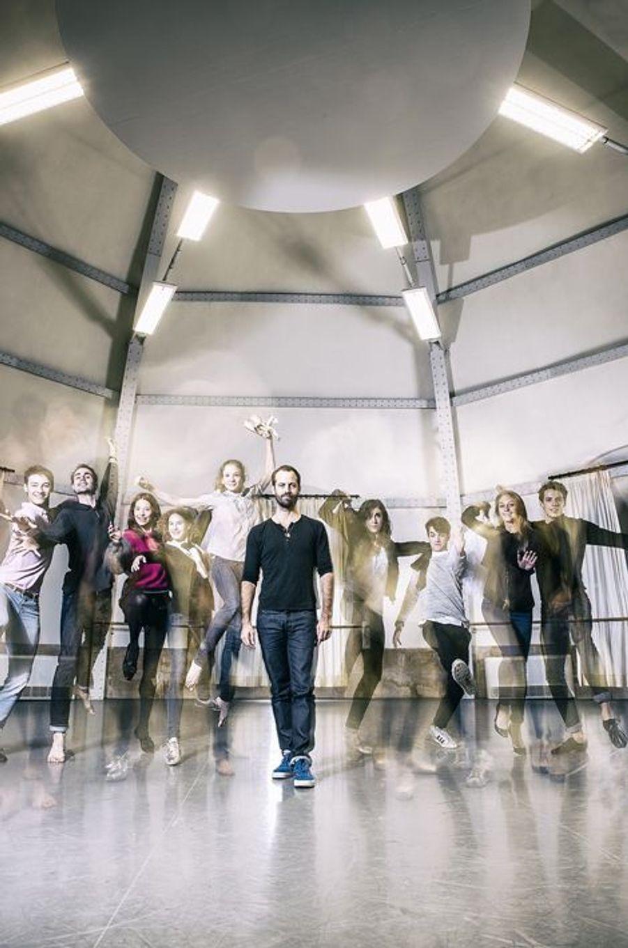 Benjamin Millepied entouré des lauréats du concours annuel du corps de ballet de l'Opéra, le 10 décembre 2014