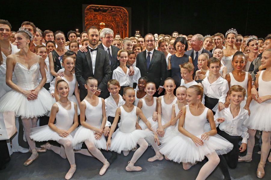 Benjamin Millepied, entouré du président François Hollande, de la ministre de la Culture Fleur Pellerin et de ses danseurs au Gala d'ouverture de...