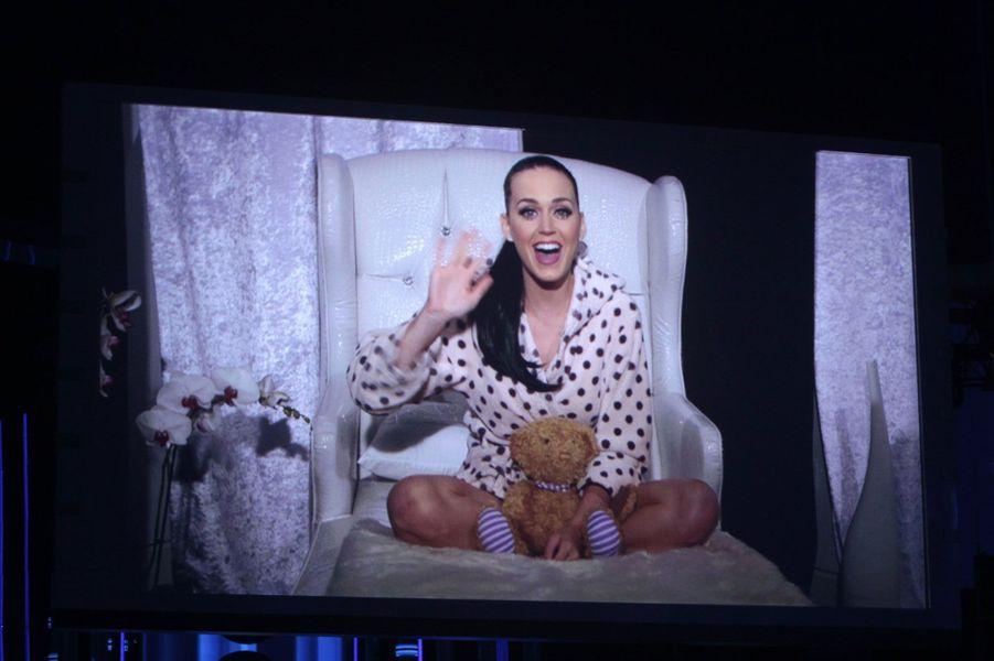 Même procédé pour Katy Perry qui remercie l'honneur qui lui a été fait par écran interposé.