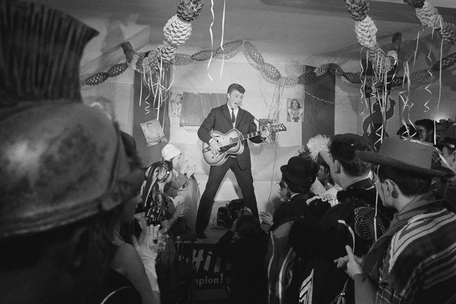 Concert de Johnny Hallyday devant un public déguisé pour mardi gras