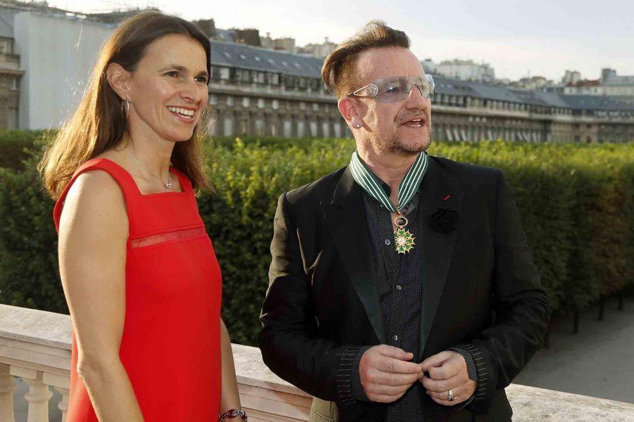 Après la légion d'honneur, l'Ordre des Arts et des Lettres. Mardi, au ministère de la Culture, Aurélie Filippetti a remis à Bono les insignes de commandeur des Arts et des Lettres. Une décoration qui récompense les personnes qui se sont distinguées dans le domaine artistique ou littéraire. En 2003, le leader du groupe U2 avait déjà reçu la Légion d'honneur des mains de Jacques Chirac, alors président de la République. Mardi à la cérémonie, Bono est venu en famille, accompagné de sa femmeAli Hewson et de leur fille Eve. Jack Lang et Cali étaient également présents pour honorer le chanteur irlandais.