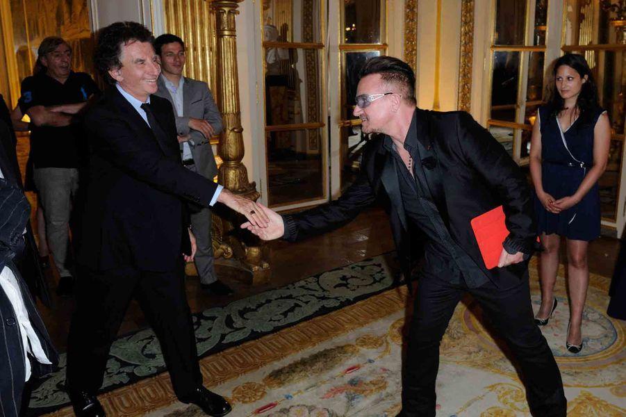 Jack Lang accueilli par Bono