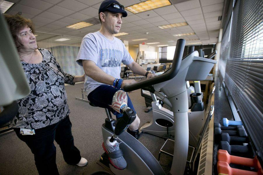 Marc Fucarile a perdu sa jambe droite à l'arrivée du marathon. Un an après, il suit toujours une rééducation pour s'adapter à sa prothèse.