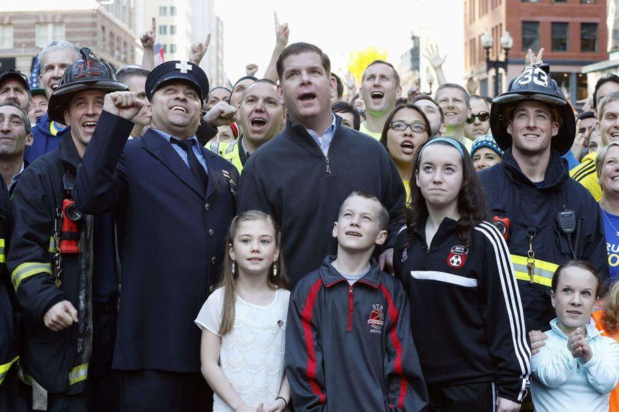 Samedi dernier, le maire de BostonMarty Walsh, entouré de quelque 2000 marathoniens, survivants et secouristes, a posé pour une photo à l'endroit même où les bombes ont explosé le 15 avril 2013.