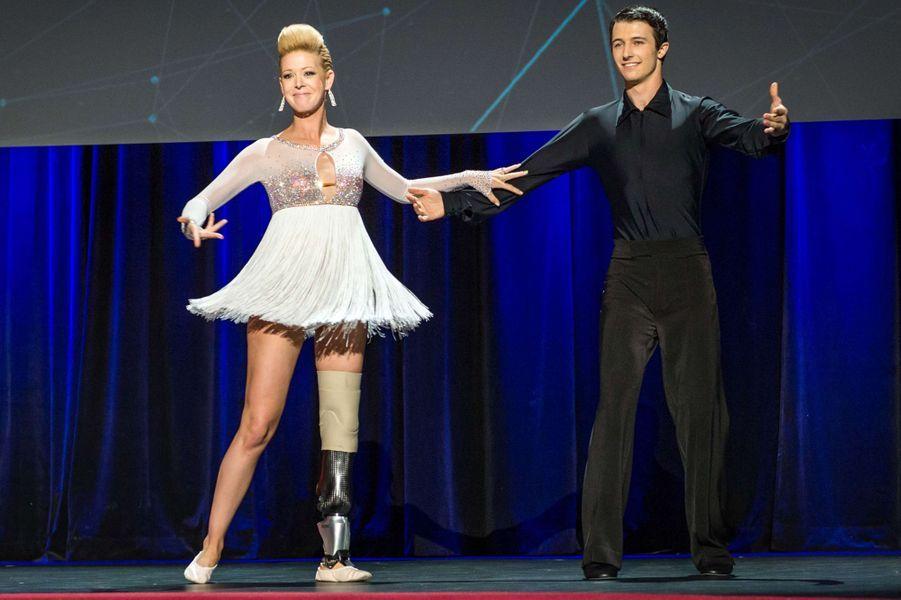 Professeur de danse, Adrianne Haslet-Davis a perdu une partie de sa jambe droite dans les attentats. Elle a pu remonter sur scène en mars dernier, grâce à la prothèse mise au point par des spécialistes du MIT.