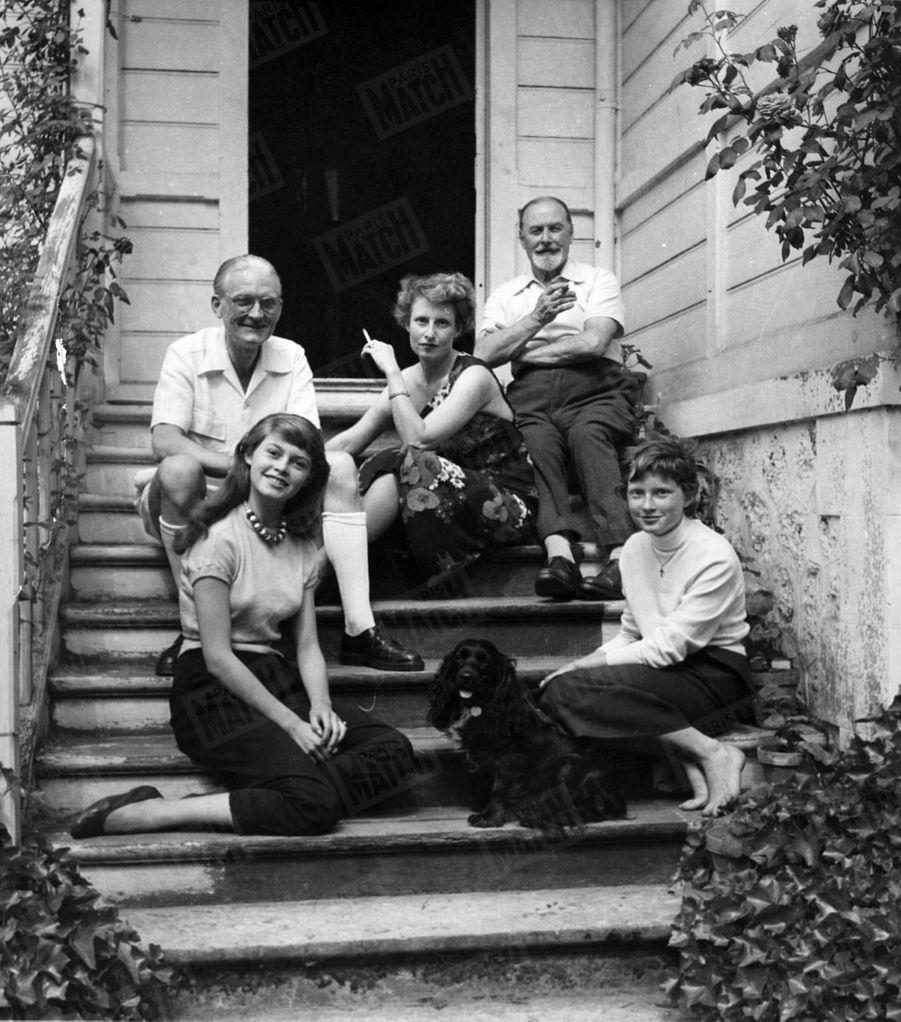 Brigitte Bardot, lors de son premier rendez-vous photos avec Match, chez ses parents à Louveciennesen mai 1952.