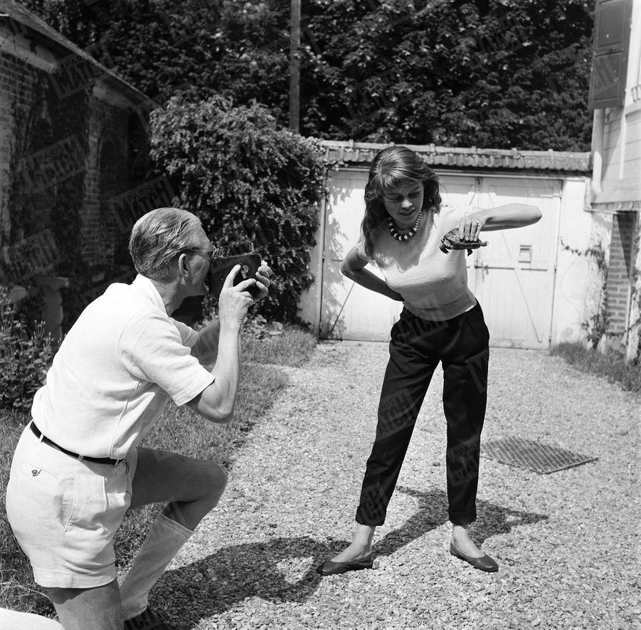 « Son fétiche : Brigitte a ramené cette tortue des Açores, au cours d'une croisière du De Grasse sur lequel elle dansait. En revenant, elle signait son premier contrat de film. Depuis, elle ne veut plus se séparer de sa tortue qui, affirme-t-elle, lui a porté bonheur. Elle lui a donné son nom de cinéma: Oscar. » - Paris Match n°168, 31 mai 1952