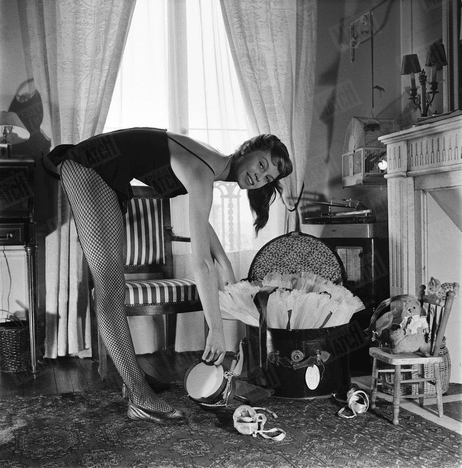 Brigitte Bardot, lors de son premier rendez-vous photos avec Match, à Paris en mai 1952.