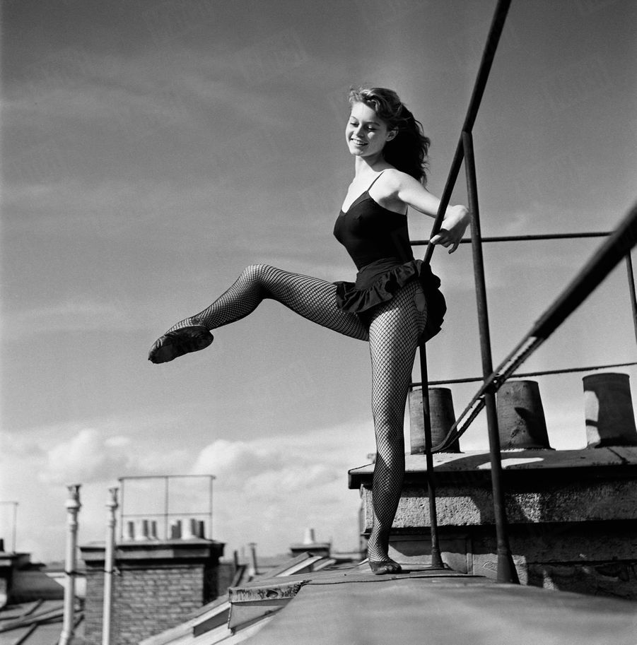 « Brigitte Bardot travaille la danse depuis l'âge de cinq ans. Pour ne pas être dérangée, elle se réfugie sur le toit pour faire sa barre le long de la passerelle. » - Paris Match n°168, 31 mai 1952