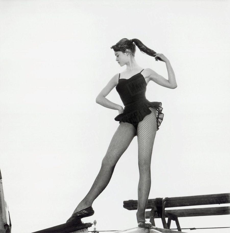 Brigitte Bardot, lors de son premier rendez-vous photos avec Match, sur les toits de Paris, en mai 1952.