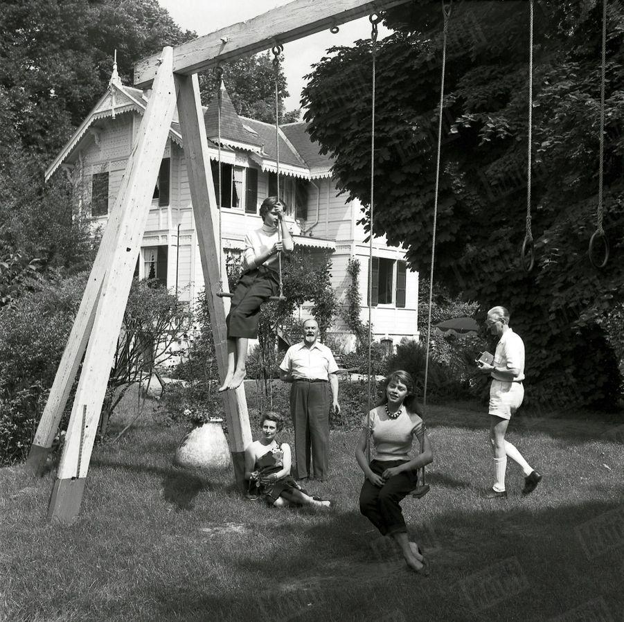 « Sa famille : Les Bardot, comme beaucoup de familles françaises, se retrouvent le dimanche dans leur pavillon de campagne. Autour de Brigitte, de g. à dr. : sa sœur, Mijanou (13 ans), sa mère, son grand-père et, avec une caméra à la main, son père, M. Bardot, directeur d'une usine d'air liquide. » - Paris Match n°168, 31 mai 1952