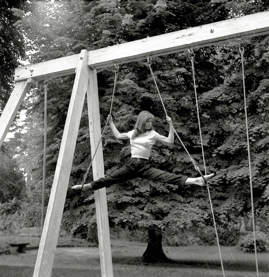 Brigitte Bardot, lors de son premier rendez-vous photos avec Match, chez ses parents à Louveciennes en mai 1952.