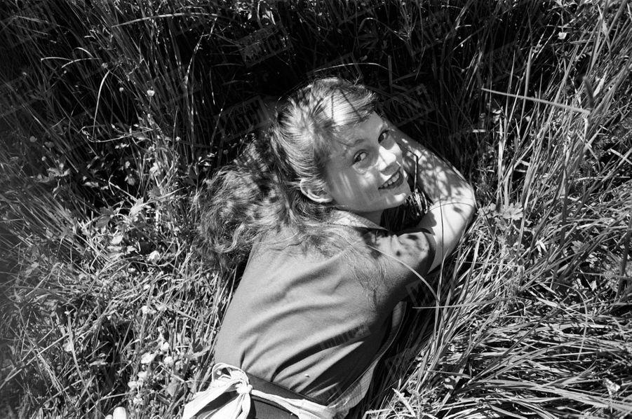 Brigitte Bardot, lors de son premier rendez-vous photos avec Match,dans les champs à Louveciennesen mai 1952.