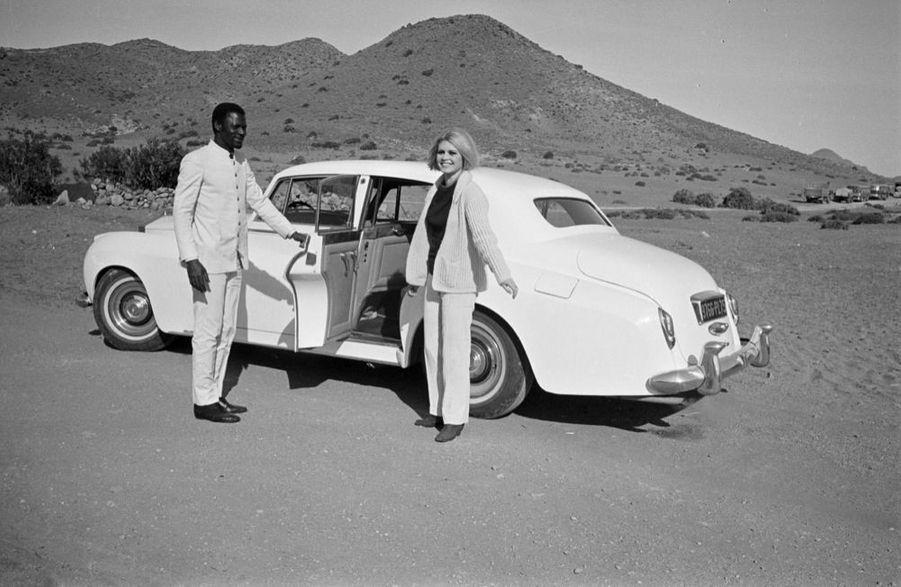 « Chaque jour. B.B. abandonne sa Rolls à 20 km d'Almeria, là où commence le désert. Plus de route carrossable. Elle prend une jeep de la production.» - Paris Match n°981, 27 janvier 1968