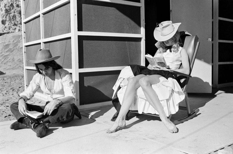 Brigitte Bardot lisant « Les Mille et une nuits » en janvier 1968 sur le tournage de « Shalako » d'Edward Dmytryk.
