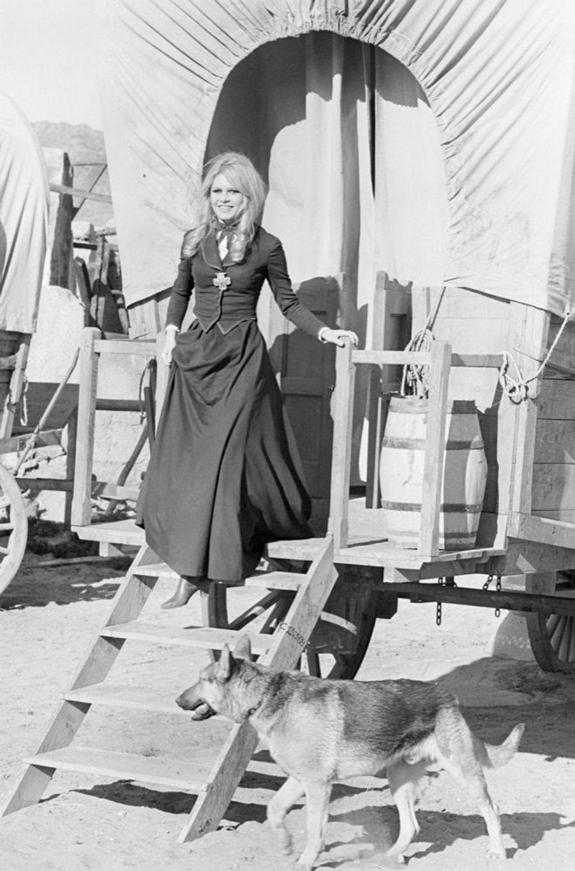 « Pendant le tournage, un chariot du Far West lui sert de cabine. » - Paris Match n°981, 27 janvier 1968