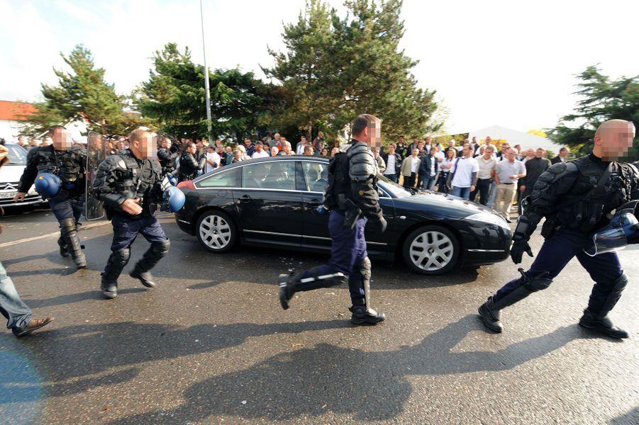 La voiture de Bruno Le Maire entourée de gendarmes, en septembre 2009, alors que des producteurs de lait en colère manifestent