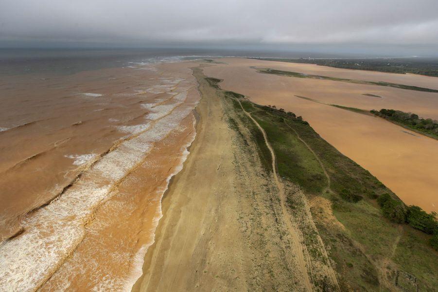 La coulée de boue au Brésil a fait 12 morts et 12 disparus.