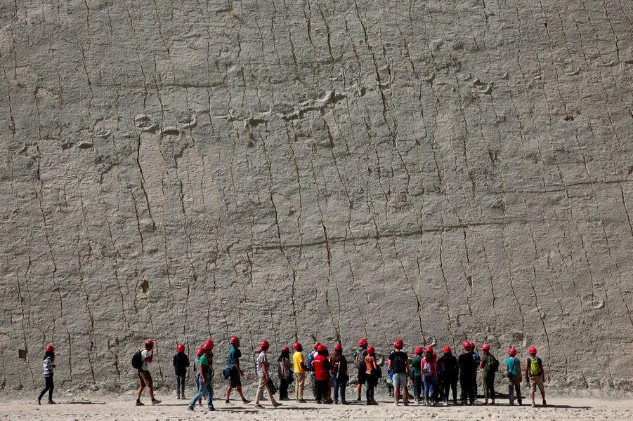 Les touristes viennent voir les traces de dinosaures, qui se trouvent à quelques kilomètres de Sucre, en Bolivie