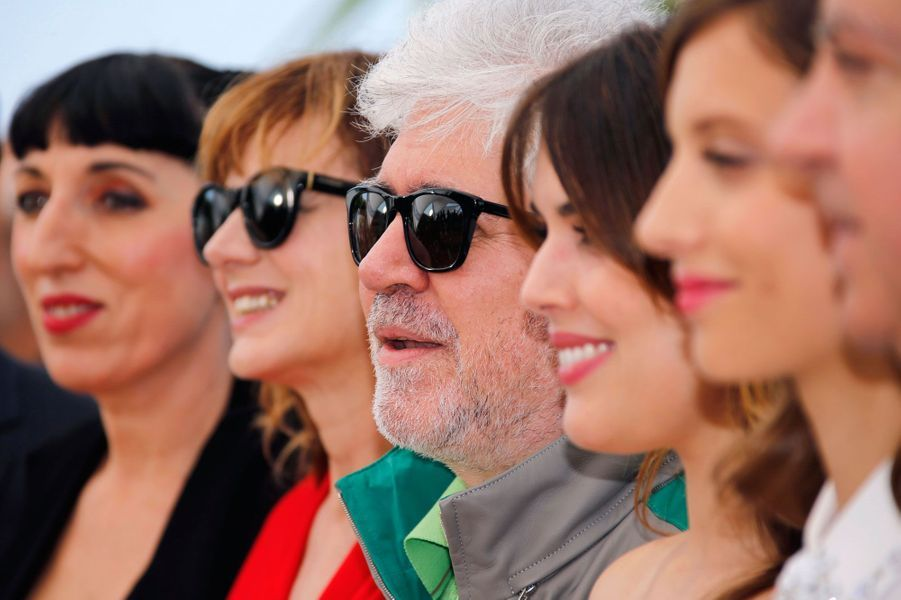 Pedro Almodovar entouré des femmes du casting