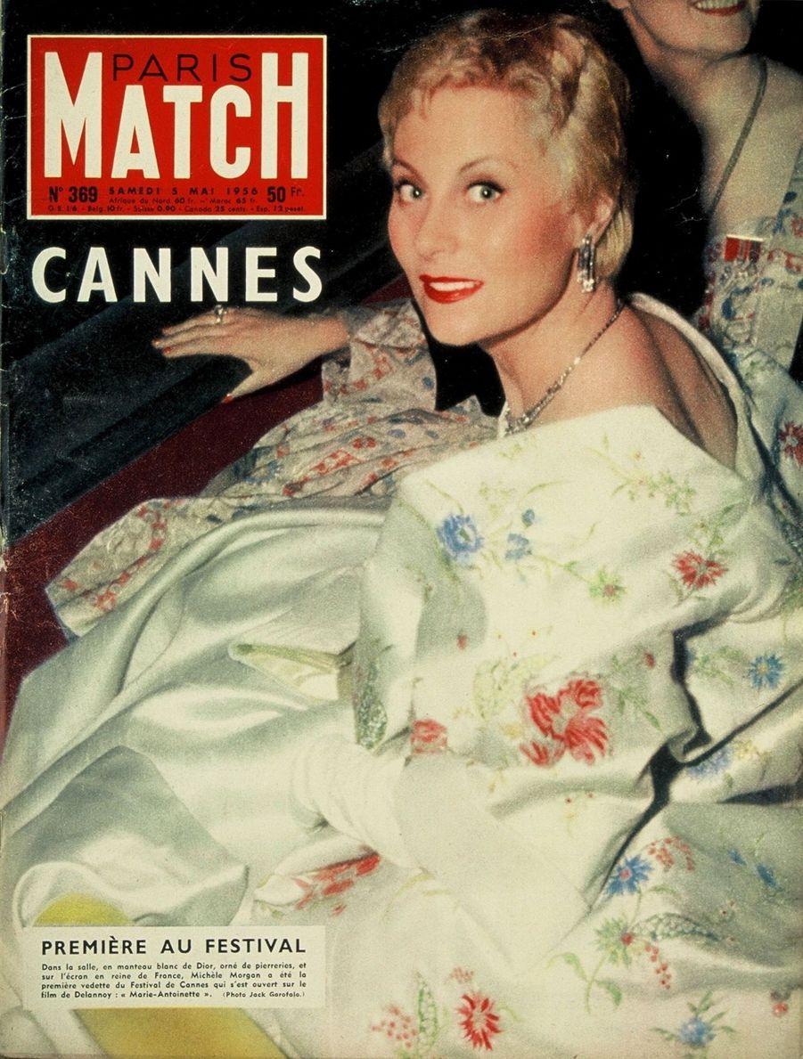 """""""Première au Festival. Dans la salle, en manteau blanc de Dior, orné de pierreries et sur l'écran en reine de France, Michèle Morgan a été la première vedette du Festival de Cannes qui s'est ouvert sur le film de Delannoy 'Marie-Antoinette'"""" - Paris Match n°369, daté du 5 mai 1956"""