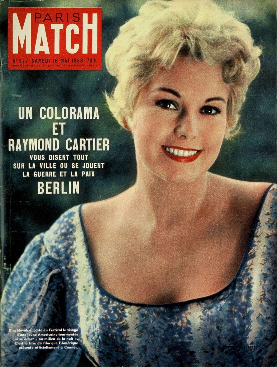 """""""Kim Novak apporte au Festival le visage d'une jeune Américaine tourmentée qui se débat 'Au milieu de la nuit'. C'est le titre du film que l'Amérique présente officiellement a Cannes."""" - Paris Match n°527, daté du 16 mai 1959"""