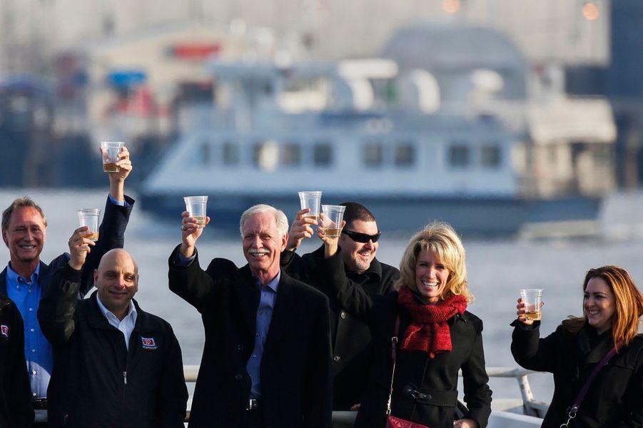 Captain Sully et les survivants trinquent au Miracle de l'Hudson